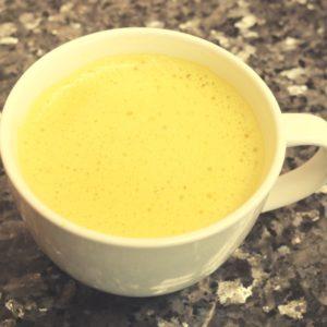 Kurkuma Latte mit Milch oder Kokos-Reis-Milch kühlt dein Pitta und entsäuert deinen Körper
