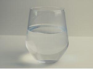 Trinke nur wenig warmes Wasser zu den Mahlzeiten.